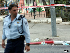 Israeli policeman outside site of the stabbing in Gilo (23 October 2008)