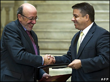 European Commissioner Louis Michel and Cuban Foreign Minister Felipe Perez Roque shake hands in Havana (23 October 2008)