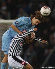 Jonathan Woodgate outjumps Fabio Quagliarella