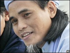 Amrozi attends Ramadan prayers at Batu prison on Nusakambangan island, Indonesia (01/10/2008)