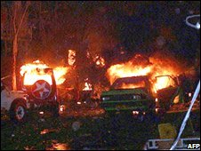 Cars and vehicles on fire after the Bali bombing (13/10/2002)