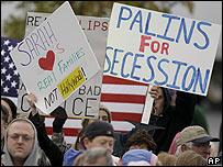 Un manifestante con cartel en contra de Palin en un evento el 24 de octubre