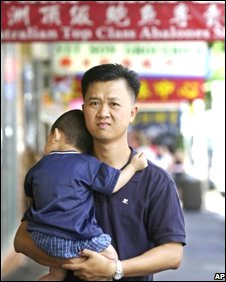 An Asian migrant with a small child in  Sydney's Chinatown district, 20/02/01