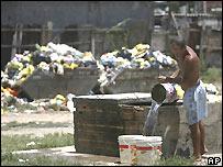 Un hombre recoge agua en un barrio de Río de Janeiro, una de las alcaldías que están juego en estas  elecciones municipales.