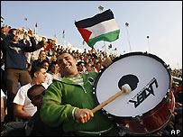 Seguidores de la selección palestina de fútbol animando a su equipo