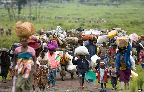 People leaving Kibumba camp for internally displaced persons north of Goma in eastern DR Congo - 27/10/2008