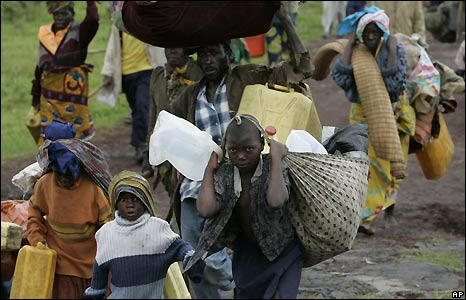 People leaving the Kibumba camp for displaced people - 27/10/2008