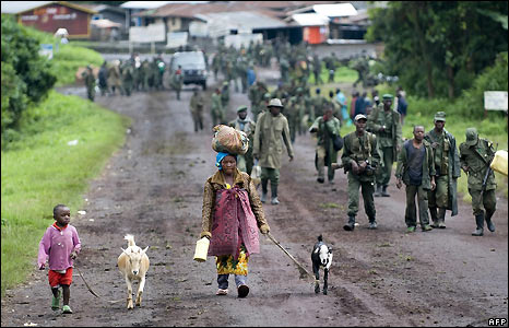 A woman and her daughter leave Kibumba as the Congolese army withdraws - 27/10/2008