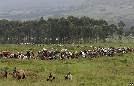 People leaving the Kibumba camp for internally displaced people - 27/10/2008