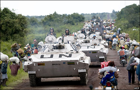UN troops pass people fleeing the Kibumba camp - 27/10/2008