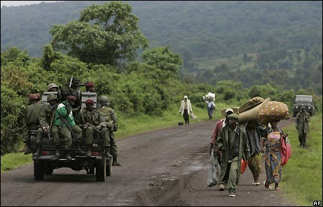 Civilians flee the fighting north of Goma as a Congolese army jeep heads toward the combat zone - 27/10/2008