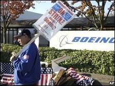 A striking Boeing worker on a picket line in Seattle (27/10/2008)