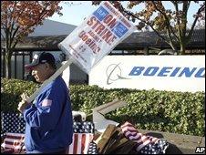 A striking Boeing worker on a picket line in Seattle (27/10/2008)