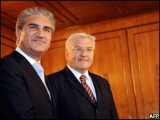Pakistani Foreign Minister Shah Mehmood Qureshi (L) with his German counterpart Frank-Walter Steinmeier