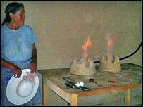 Mujer boliviana con su cocina a biogás (Gentileza: Tecnologías en Desarrollo)