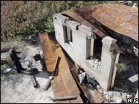 Житель грузинского села в Южной Осетии возле своего дома