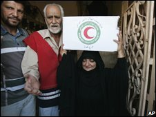 A woman collects an aid package from the Iraqi Red Crescent in Baghdad (23/09/2008)