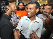 Mohamed Nasheed greets supporters in Male, Maldives (28/10/2008)