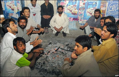Men gather around a fire on a street in Quetta, Pakistan (28/10/2008)