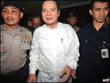 Burhanuddin Abdullah (centre) on his way to his trial in Jakarta, 29/10/2008