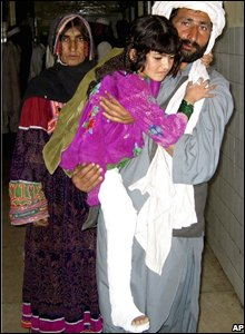 Parents carry their daughter who was injured in the earthquake, at a hospital in Quetta, Pakistan (29/10/2008)
