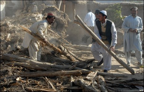 Pakistani men remove the debris of collapsed houses in the Ziarat, 30 miles north of Quetta, Pakistan (29 October 2008)