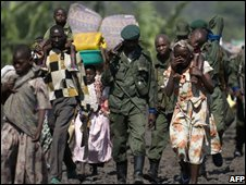 DR Congo refugees and soldiers walk to Goma (29/10/2008)