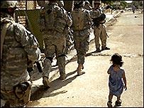 طفلة عراقية جنود امريكيون