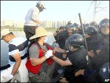 Blind masseurs battle police in Seoul (Sept 18 2008)