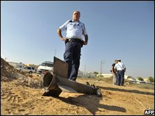 Israel police inspect rocket fired from Gaza (file picture, Aug 2008)