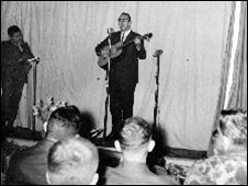 Jim Bullington singing at a show where he performed Rain on the Leaves with Pham Duy at an artillery battalion HQ in La Vang, Quang Tri Province, 15 Dec 1967 (Photo: courtesy of Jim Bullington)