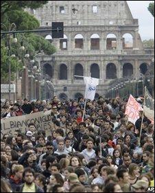 Protesters near the Colosseum in Rome, 30/10/08