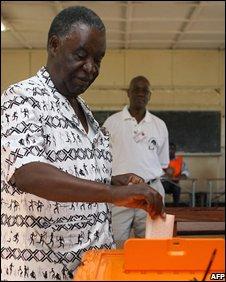 Michaal Sata voting, 30 October 2008