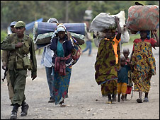 Congolese soldier with refugee women in Goma - 30/10/2008
