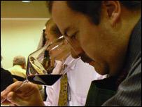 El experto en vino de BBC Mundo en pleno trabajo