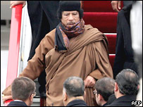 Ливийский лидер Муаммар Каддафи спускается по трапу самолета в московском аэропорту