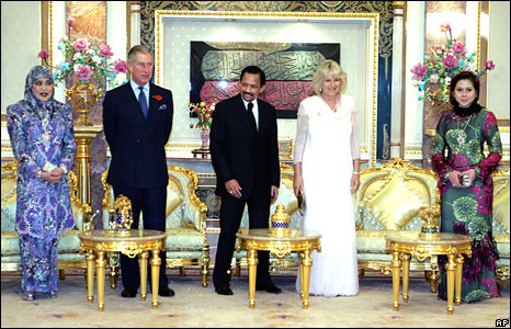 L-R: Queen Raja Saleha, Prince Charles, Sultan of Brunei Hassanal Bolkiah, the Duchess of Cornwall, Queen Azrinaz Mazhar