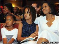 ميشال أوباما مع طفلتيها ماليا (يمين) وساشا
