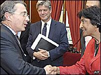 Navanethem Pillay saluda al presidente Álvaro Uribe