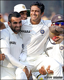 Anil Kumble is helped by Zaheer Khan and Rahul Dravid in a lap of honour