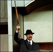 Саддам Хусейн во время военного парада