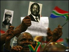 Supporters hold pictures of Mbazima Shilowa and Mosiuoa Lekota in Johannesburg, 1 November 2008