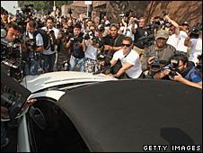 Paparazzi mobbing Britney Spears