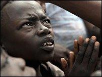 طفل من الكونغو كينشاسا يسأل بطاقة تموين