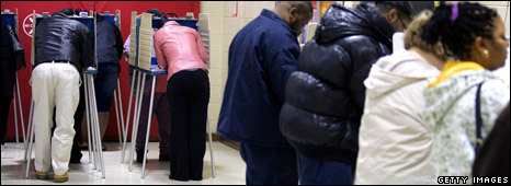 Voters casts their ballots at Marion Strerling Middle School in Cleveland, Ohio (4 November 2008)