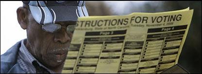 Un hombre lee las instrucciones para votar en las elecciones presidenciales de EE.UU.