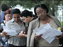 Votantes en el sur de Florida leen sus papeletas