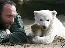 Zoo keeper Thomas Doerflein and polar bear Knut in March 2007