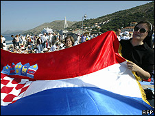 Nun holding Croatian flag for papal visit to Dubrovnik (file pic)