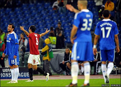 Mirko Vucinic, Roma (red), celebrates against Chelsea